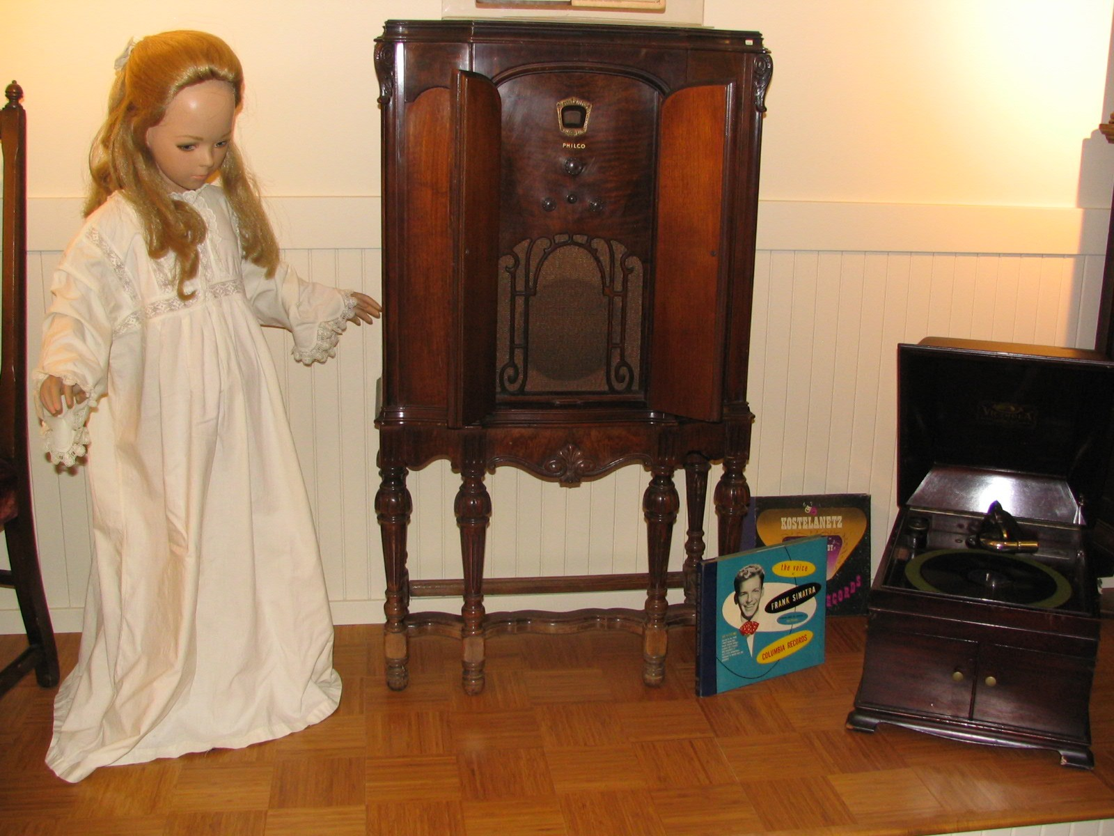 Heritage_Room_Girl_and_Record_PLayer.jpg